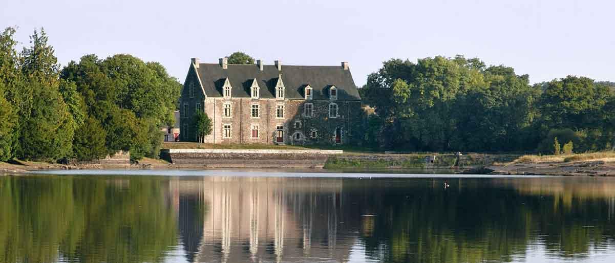 Le Château et l'étang de Comper